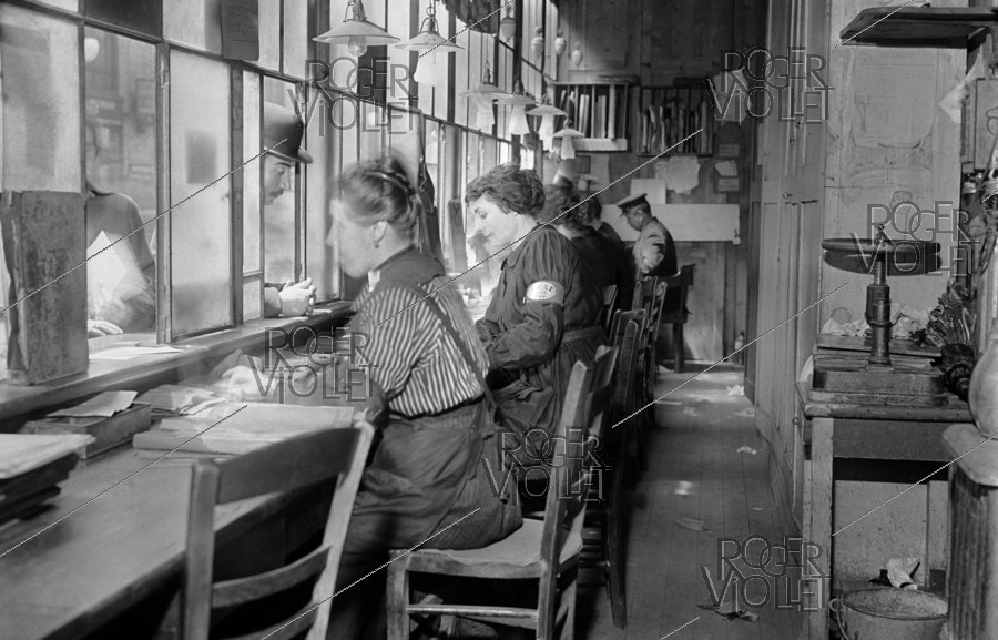Roger-Viollet | 1005367 | War - Women at work | © Maurice-Louis Branger / Roger-Viollet