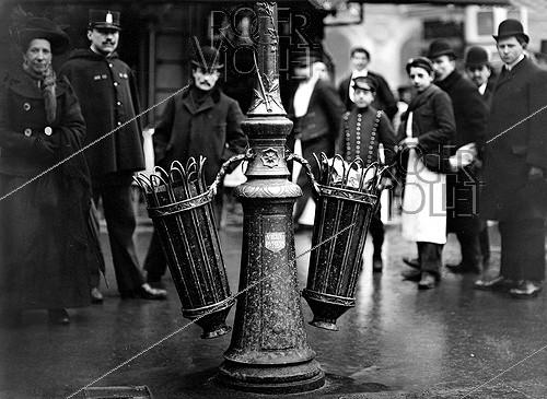 Roger-Viollet | 754473 | Wastepaper baskets in a street of Paris. 1907. | © Jacques Boyer / Roger-Viollet