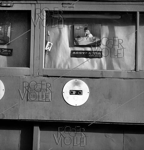 Roger-Viollet | 253970 | Window of a massage salon. Tokyo (Japan), March 1962. Photograph by Hélène Roger-Viollet (1901-1985) and Jean Fischer (1904-1985). | © Hélène Roger-Viollet & Jean Fischer / Roger-Viollet