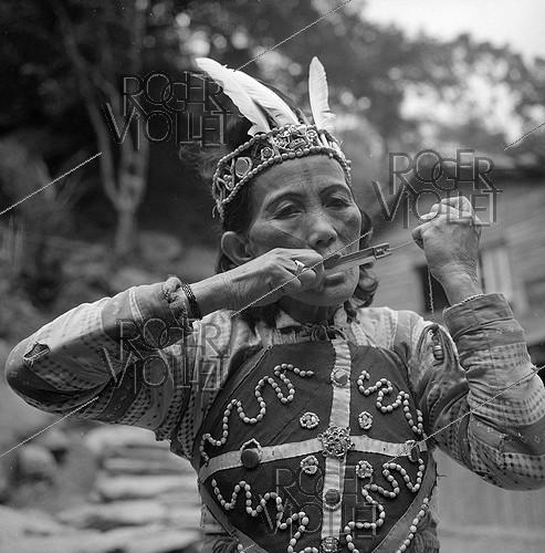 Roger-Viollet | 430738 | Woman from the Atayal tribe with a traditional musical instrument. Taiwan, 1962. Photograph by Hélène Roger-Viollet (1901-1985). | © Hélène Roger-Viollet / Roger-Viollet