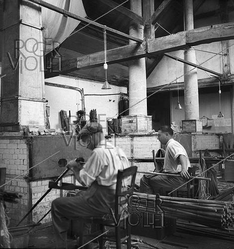 Roger-Viollet | 859951 | Workers at the Etablissements Pezon et Michel, manufacture for fishing rods. Amboise (Indre-et-Loire), circa 1945. | © Tony Burnand / Roger-Viollet