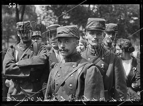 Roger-Viollet | 624046 | World War I. Fifth day of mobilization in Paris. Departure of the 5th infantry regiment, one of the oldest regiments of the French army (created in 1558). Soldiers wearing their identification tags. Paris, on August 6, 1914. | © Caudrilliers / Excelsior - L'Equipe / Roger-Viollet