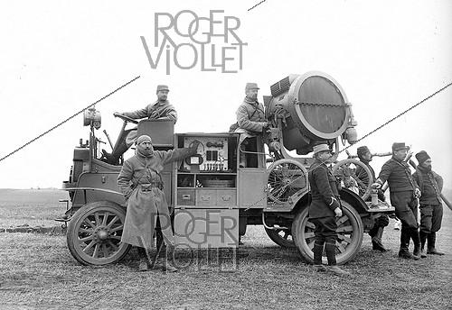 Roger-Viollet | 674613 | World War I. French army. Soldiers and a projector loaded onto a truck. 1916. | © Jacques Boyer / Roger-Viollet