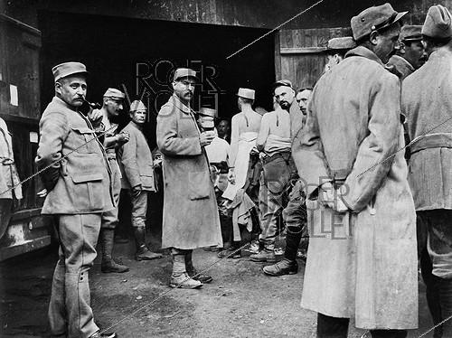 Roger-Viollet | 491418 | World War I. Soldiers receiving their typhoid vaccine. France, 1915. | © Jacques Boyer / Roger-Viollet