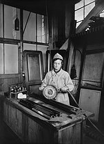 Roger-Viollet | 830881 | World War I. Woman cleaning railway car door frames with an electric brush. France. | © Jacques Boyer / Roger-Viollet