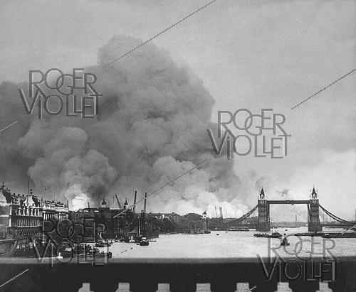 Roger-Viollet | 428384 | World War II. First mass air raid on London, 7th September 1940. | © US National Archives / Roger-Viollet