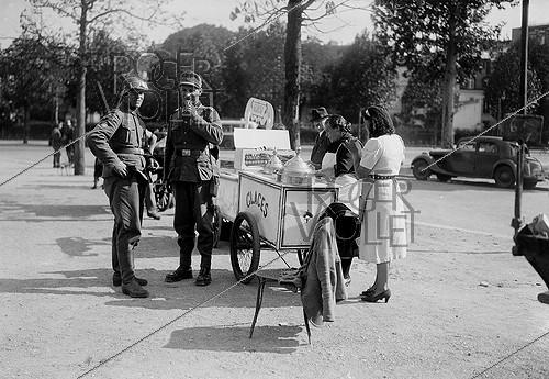 Roger-Viollet | 575875 | World War II. German soldiers buying ice creams. Paris, 1940. | © LAPI / Roger-Viollet