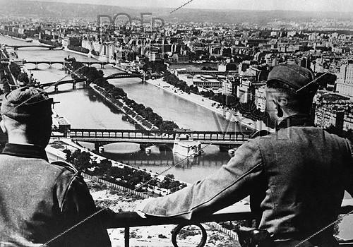 Roger-Viollet | 923962 | World War II. German soldiers on the Eiffel Tower. Paris, 1940. | © LAPI / Roger-Viollet