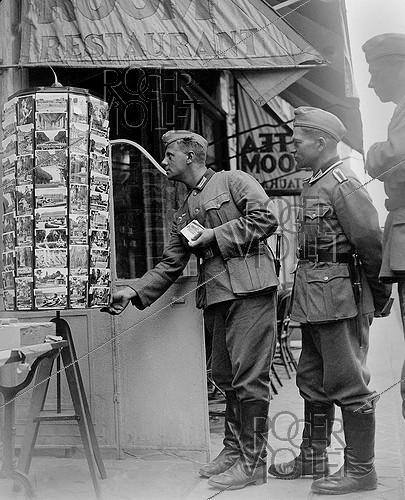 Roger-Viollet | 942718 | World War II. German soldiers buying postcards. Versailles, on August 19, 1940. | © LAPI / Roger-Viollet