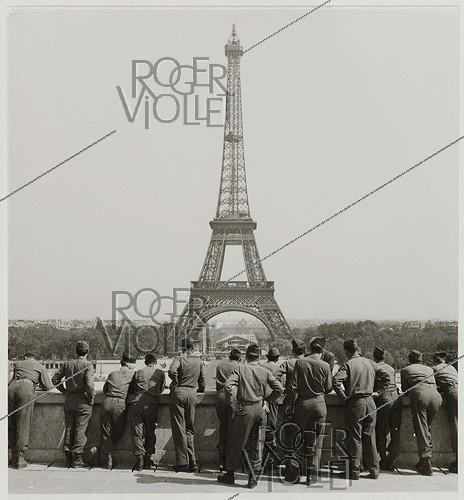 Roger-Viollet | 868027 | World War II. Group of US soldiers looking at the Eiffel Tower, at the Trocadéro. Paris (VIIth, XVIth arrondissements), 1945. Photograph by Roger Schall (1904-1995). Paris, musée Carnavalet. | © Roger Schall / Musée Carnavalet / Roger-Viollet