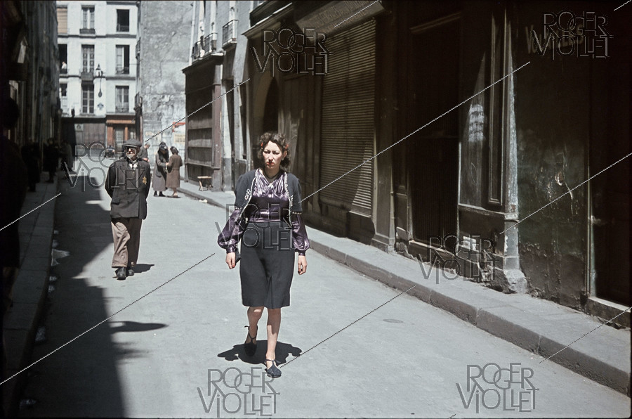 Roger-Viollet | 903676 | World War II. In the Marais, rue des Ecouffes. The yellow star must be worn since May 29, 1942, Paris (IVth arr.). Photograph by André Zucca (1897-1973). Bibliothèque historique de la Ville de Paris. | © André Zucca / BHVP / Roger-Viollet