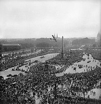 Roger-Viollet | 556621 | World War II. Liberation of Paris. Crowd, place de la Concorde place, waiting for the General De Gaulle to come by, on August 26, 1944. | © Pierre Jahan / Roger-Viollet