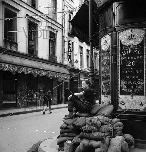 Roger-Viollet | 918342 | World War II. Liberation of Paris. FFI (French Forces of the Interior) lookout at the corner of a street, August 23-24, 1944. | © Pierre Jahan / Roger-Viollet