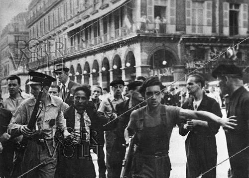 Roger-Viollet | 985588 | World War II. Liberation of Paris. Arrest of a collaborator at the Liberation. | © Roger-Viollet / Roger-Viollet