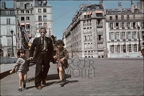 Roger-Viollet | 997359 | World War II. Moving on Spring 1944, Paris. Photograph by André Zucca (1897-1973). Bibliothèque historique de la Ville de Paris. | © André Zucca / BHVP / Roger-Viollet