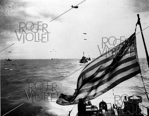 Roger-Viollet | 956007 | World War II. Normandy landings. Convoy of barges sailing to the French beaches, June 1944. | © Roger-Viollet / Roger-Viollet
