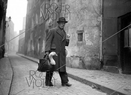 Roger-Viollet | 920508 | World War II. Parisian man carrying a goose bought for Christmas, 1943. | © LAPI / Roger-Viollet