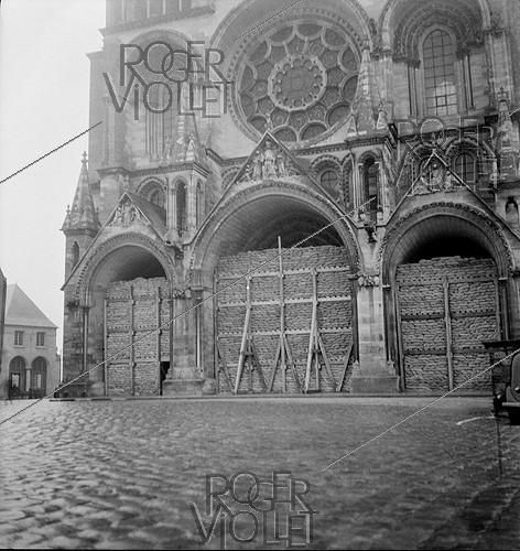 Roger-Viollet | 1079481 | World War II. Protection of monuments from the Notre-Dame de Paris Cathedral. Paris (IVth arrondissement), circa 1939. | © Laure Albin Guillot / Roger-Viollet
