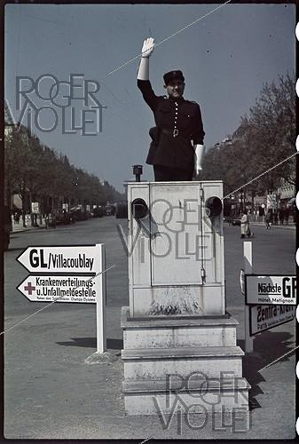 Roger-Viollet | 714165 | World War II. Signs in German, at the roundabout of the Champs-Elysées, Paris. Photograph by André Zucca (1897-1973). Bibliothèque historique de la Ville de Paris. | © André Zucca / BHVP / Roger-Viollet