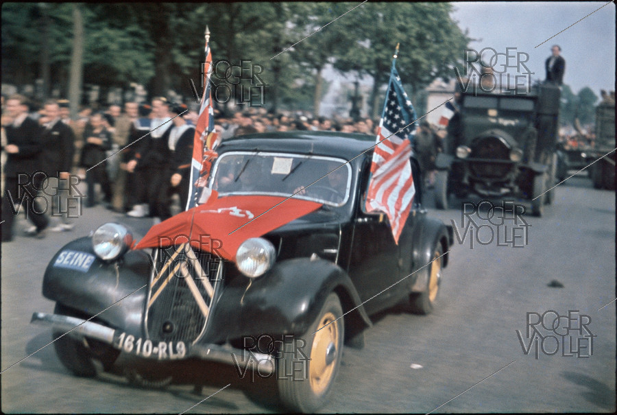 Roger-Viollet | 242191 | World War II. The Champs-Elysées. Paris, on August 26, 1944. Photograph by André Zucca (1897-1973). Bibliothèque historique de la Ville de Paris. | © André Zucca / BHVP / Roger-Viollet