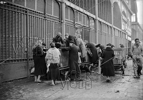 Roger-Viollet | 336889 | World War II. The Halles. Parisians looking for some food. Paris (Ist arrondissement), 1940. | © LAPI / Roger-Viollet