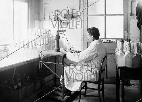 Roger-Viollet | 662989 | World War One. Laboratory of the French army dedicated to typhus vaccines. Device developped by Dr. Vincent to dilute the vaccine into physiological water. Val-de-Grâce hospital. Paris, 1916. | © Jacques Boyer / Roger-Viollet