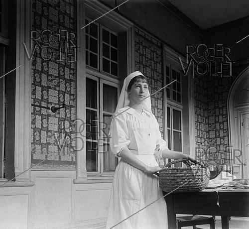 Roger-Viollet | 868077 | World War One. Nurse of the Red Cross at the Hôtel de Malte. Toulouse (France), circa 1915. | © Collection Roger-Viollet / Roger-Viollet