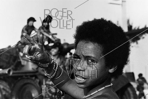 Roger-Viollet | 166353 | Young militiaman of the People's Movement for the Liberation of Angola celebrating the departure of the Portuguese colonists. Angola (Black Africa), 1975. | © Françoise Demulder / Roger-Viollet