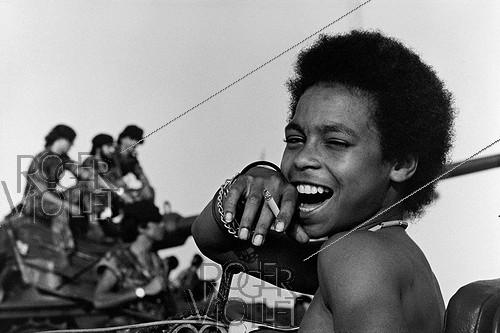 Roger-Viollet | 585777 | Young militiaman of the People's Movement for the Liberation of Angola celebrating the departure of the Portuguese colonists. Angola (Black Africa), 1975. | © Françoise Demulder / Roger-Viollet