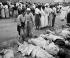 Guerre de Corée (1950-1953). Coréennes de Hamhung identifiant les corps de quelque 300 prisonniers politiques tués par l'armée coréenne du nord. 19 octobre 1950. © US National Archives / Roger-Viollet