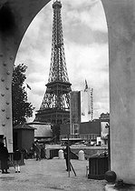 Paris, Exposition Internationale de 1937. Le Pavillon des Etats-Unis et la Tour Eiffel.      © Pierre Jahan/Roger-Viollet