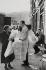 Scène de rue. Londres (Angleterre), 1958. © Jean Mounicq/Roger-Viollet