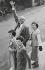 Famille un samedi après-midi. Londres (Angleterre), 1959. © Jean Mounicq/Roger-Viollet