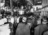 """Manifestation pacifique organisée par le Front de libération nationale algérien (FLN) en faveur de l'indépendance de l'Algérie. La répression policière dirigée par le préfet de police Maurice Papon est appelée """"Massacre du 17 octobre 1961"""" et les violences contre les manifestants algériens qualifiées de """"ratonnades"""". Cordon de policiers. Paris, 17 octobre 1961. © Georges Azenstarck / Roger-Viollet"""