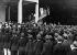 Immigration aux Etats-Unis. Foule de jeunes garçons accueillant les enfants d'immigrés italiens en Amérique du Nord. © Alinari / Roger-Viollet