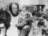 Alexandre Soljenitsyne (1918-2008), écrivain soviétique, arrivant avec sa famille à l'aéroport de Zurich (Suisse), 29 mars 1974. © Underwood Archives / The Image Works / Roger-Viollet