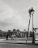 Ouvrier repeignant un réverbère au jardin des Tuileries. Paris, années 1960. Photographie de Janine Niepce (1921-2007). © Janine Niepce/Roger-Viollet