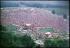 Vue aérienne du festival de Woodstock. Photographie de Lisa Law. Bethel (Etats-Unis), août 1969.  © Lisa Law / The Image Works / Roger-Viollet