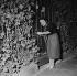 Edith Piaf (1915-1963), chanteuse française, fermant la porte de la maison où elle vivait avec Jacques Pills. 1953. © Roger-Viollet