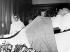 Indira Gandhi (1917-1984), femme politique indienne, veillant la dépouille de son père Jawaharlal Nehru (1889-1964), homme d'Etat indien. New Delhi (Inde), 28 mai 1964. © TopFoto/Roger-Viollet