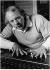 """Karlheinz Stockhausen (1928-2007), compositeur et chef d'orchestre allemand, lors d'une répétition de l'opéra """"Donnerstag aus Licht"""". Londres (Angleterre), Royal Opera House, août 1985. Photo : Clive Barda. © Clive Barda/TopFoto/Roger-Viollet"""
