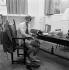 """Jean-Paul Belmondo (né en 1933), acteur français, lors du tournage d'""""A bout de souffle"""", film de Jean-Luc Godard. France, septembre 1959. © Alain Adler/Roger-Viollet"""