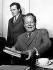 Willy Brandt (1913-1992), chancelier allemand, avec son adjoint Günther Guillaume (1927-1995), espion de la RDA, lors d'une session du directoire de la SPD. © Ullstein Bild / Roger-Viollet