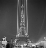 Exposition internationale de 1937, Paris. La tour Eiffel illuminée. © Gaston Paris / Roger-Viollet