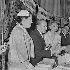 Vente des Ecrivains-Combattants. Maurice Genevoix (1890-1980), écrivain français, et Simone Renant (1911-2004), actrice française. Paris, 1958. © Boris Lipnitzki / Roger-Viollet