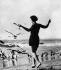 Jeune femme en maillot de bain, chassant des mouettes sur une plage, 14 mai 1928. © Ullstein Bild/Roger-Viollet