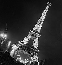 Exposition internationale de 1937, à Paris : la tour Eiffel illuminée. © Gaston Paris / Roger-Viollet