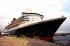 """Le paquebot de croisière """"Queen Mary 2"""" dans le port de Hambourg (Allemagne), le 1er août 2005. © TopFoto / Roger-Viollet"""
