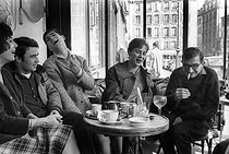 "French director Claude Chabrol and the actors of his first two movies at the café ""Les Deux-Magot"": Bernadette Lafont, Gérard Blain, Jean-Claude Brialy and Juliet Mayniel. Paris, April 1959. © Bernard Lipnitzki/Roger-Viollet"