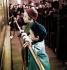 Enfants devant une vitrine de Noël. France, années 1950. Photo colorisée. Photographie de Gaston Paris (1903-1964). © Gaston Paris / Roger-Viollet